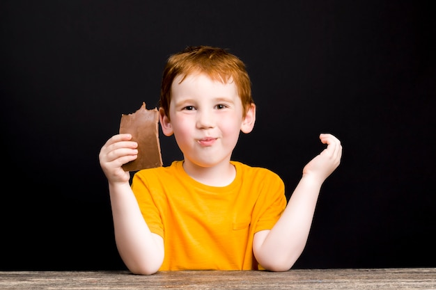 손에 초콜릿을 녹인 아이와 밀크 초콜릿을 설탕에 녹인 소년