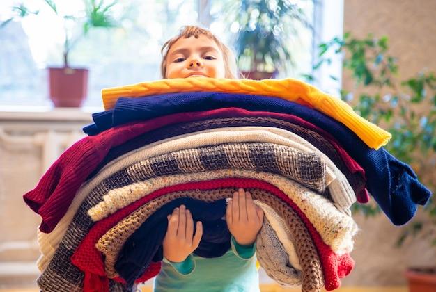 Ребенок одет в зимнюю одежду. выборочный фокус.
