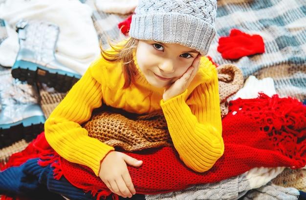 Ребенок одет в зимнюю одежду. выборочный фокус. Premium Фотографии