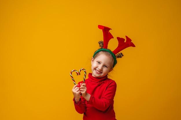 子供は幸せで、ロリポップを手に持っています