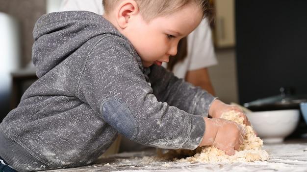 子供は料理を勉強しています。ベーキングと赤ちゃん