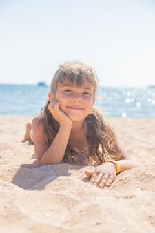 Ребенок купается в море. выборочный фокус. дитя.