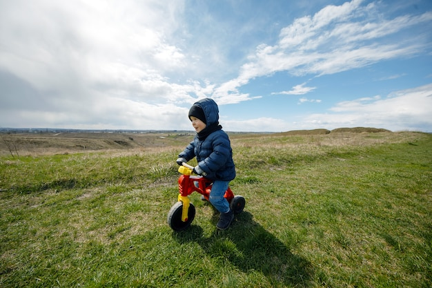 아이가 여행 중입니다. 산에서 세발 자전거에 소년입니다. 가족 여행