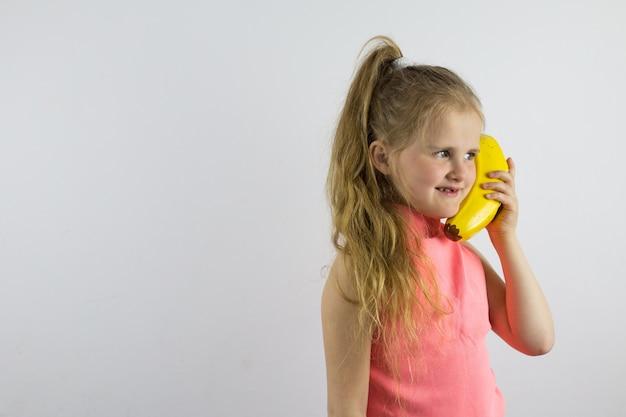子供は冗談めかしてバナナの電話で話し、笑います。子供向けのゲームとアクティビティ