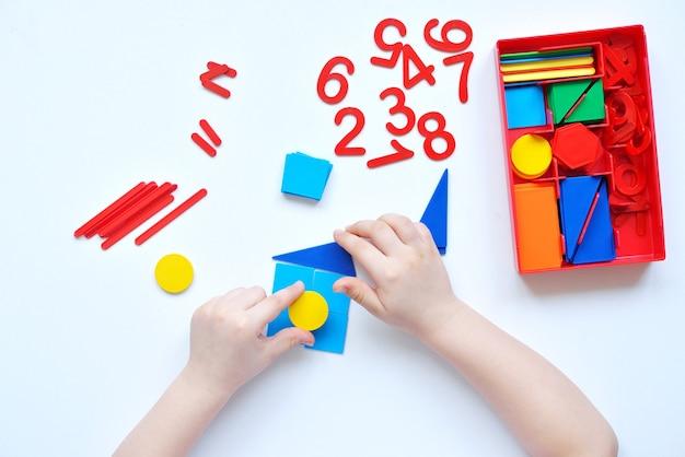 Ребенок учит числовую линию и геометрические фигуры