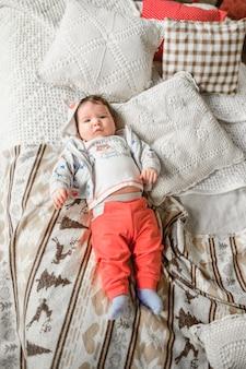 Ребенок лежит в постели.