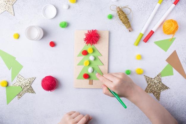 子供は子供のためのグリーティングカードクリスマス紙コラージュ子供アートプロジェクトクラフトを作ります高品質の写真