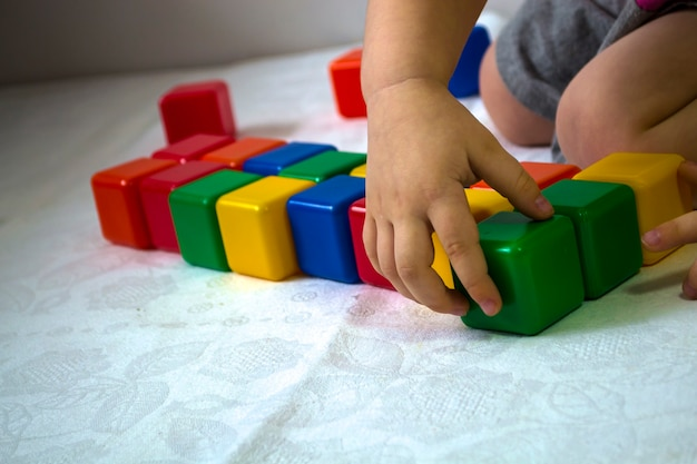 Ребенок играет в кубики развитие ребенка