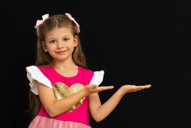 Ребенок показывает на вашу рекламу руками.