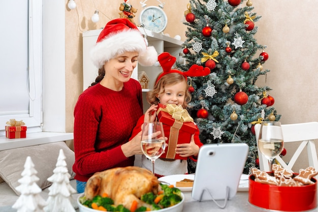 子供はクリスマスに父親から贈り物を受け取りました。父親はビデオ通話で彼女の感情を見る