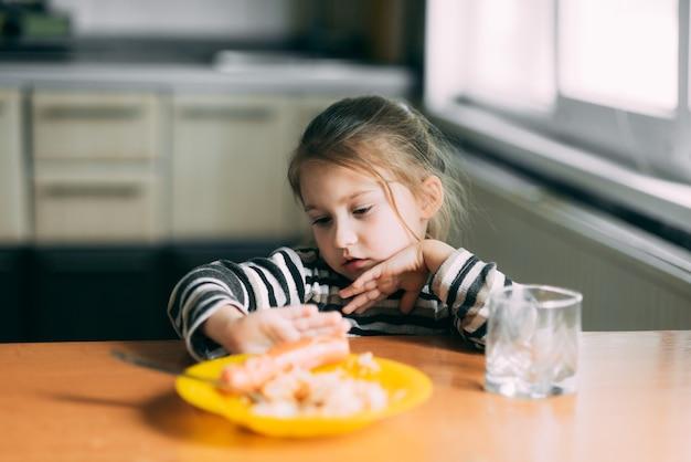 Ребенок отказывается есть, а руки толкают блюдо