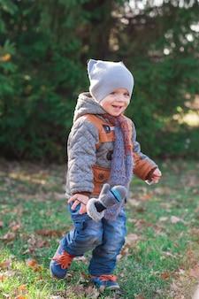 Ребенок бежит в осенний парк
