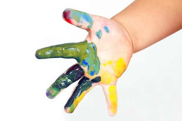 물감 색으로 물든 아이의 손. 창의력과 예술적 취미