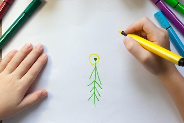 Руками ребенка рисуем елочку фломастерами на бумаге