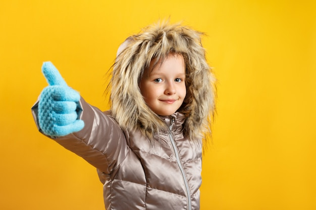 子供は親指を立てます。