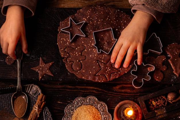 子供はクリスマスのクッキーを絞る