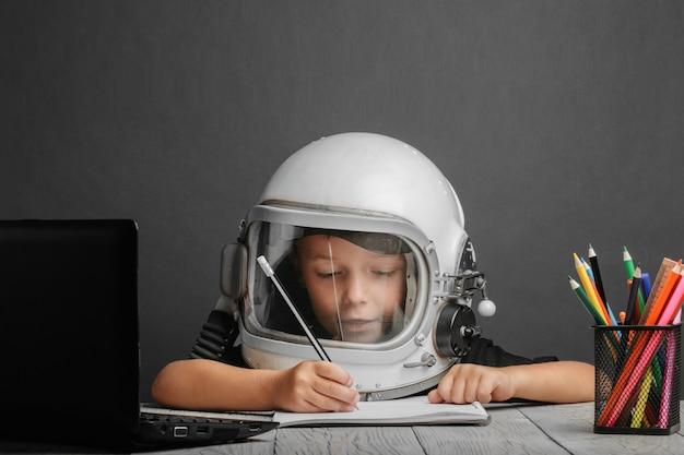В школе ребенок учится дистанционно, в шлеме космонавта. обратно в школу