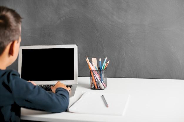 子供は学校で遠隔で勉強します