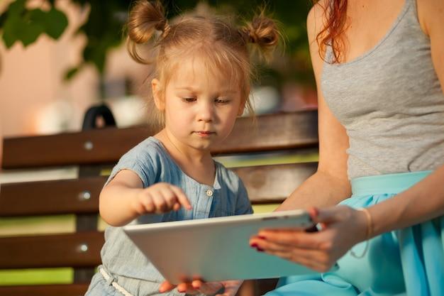 子供がタブレットに触れる
