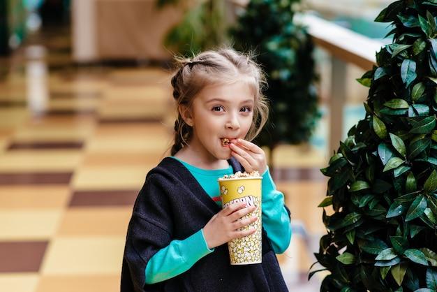 Ребенок с полным ртом попкорна