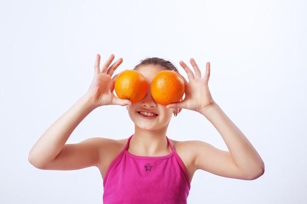 Ребенок с апельсинами.