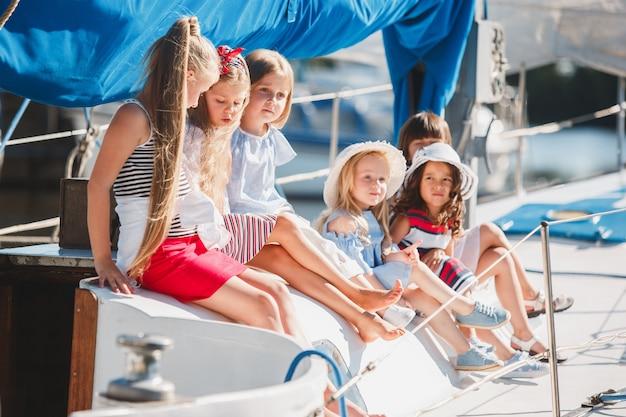 바다 요트에 타고있는 아이들. 야외 십대 또는 어린이 소녀.