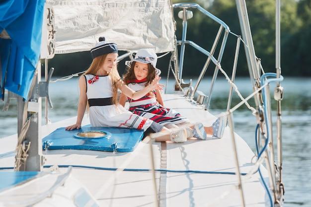 Дети на борту морской яхты
