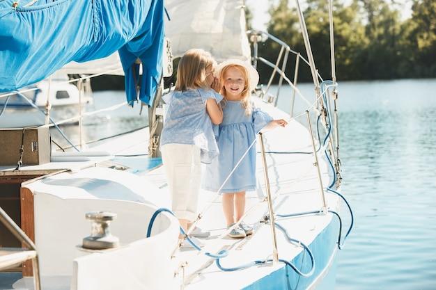 海のヨットに乗っている子供たち