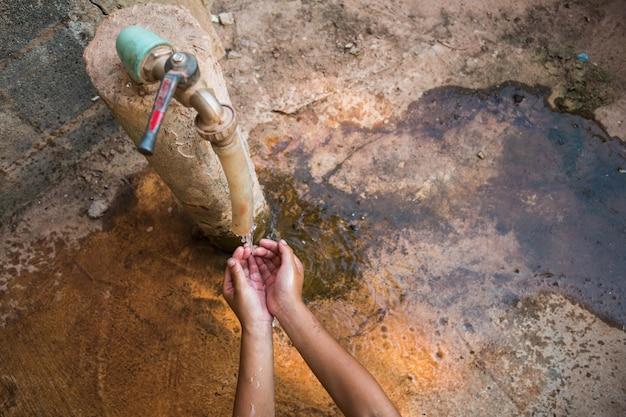 Дети тянутся к воде, концепция нехватки воды.