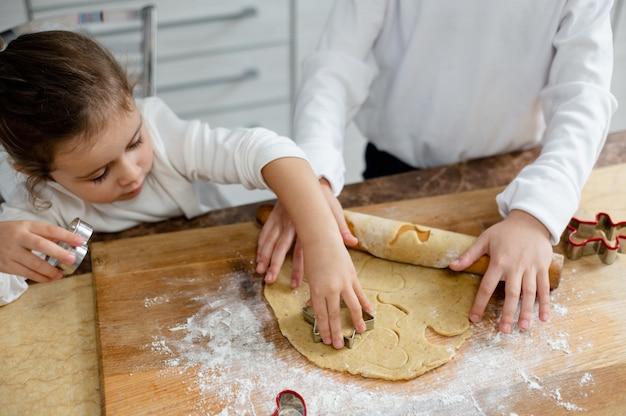 子供たちは特別な形でクリスマスクッキーから切り取ります