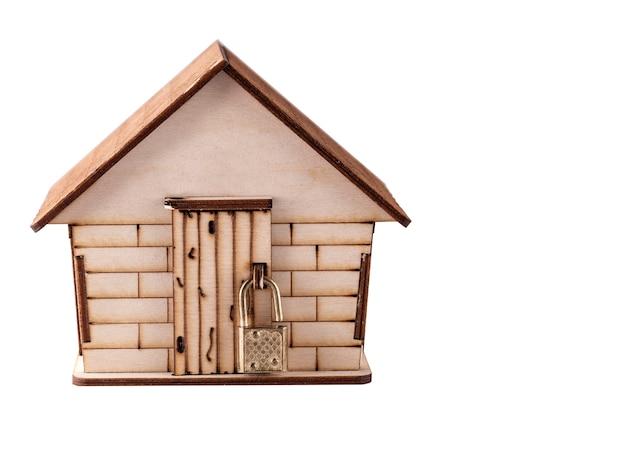 白で隔離される子供の木造住宅