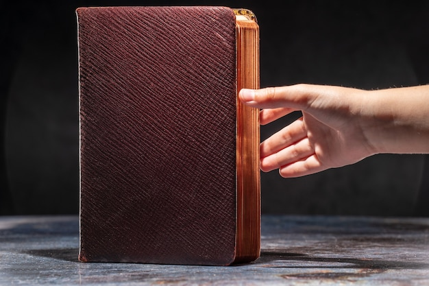 Руки ребенка тянутся к старой книге. понятие о жажде знаний.