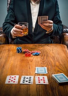 ギャンブル、ドリンク、トランプ用のチップ