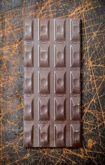 チョコレートバー。木の上。