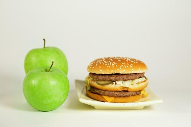 선택은 당신의 것, 패스트 푸드 또는 비타민 건강에 해롭거나 건강한 음식입니다