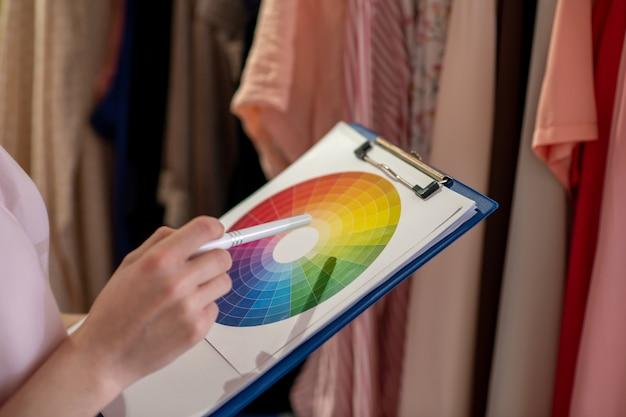 カラーパレットからファッショナブルな婦人服のデザイナーによる色の選択。