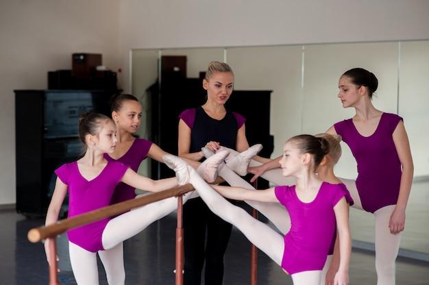 振付家は子供たちにダンスを教えます。