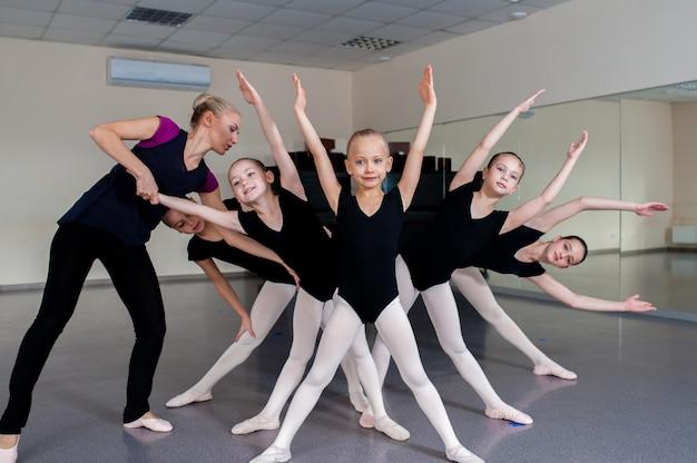 振付師は子供たちにダンスを教えます。