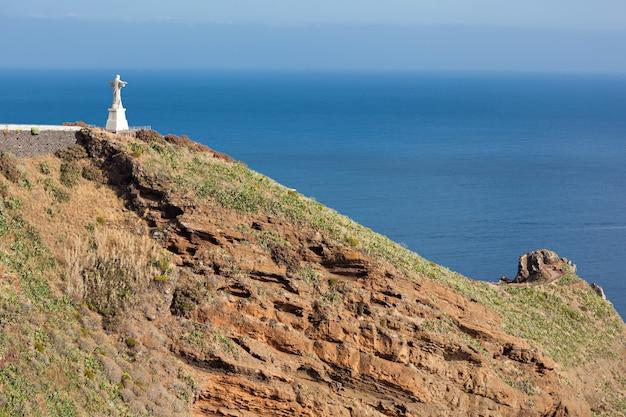 그리스도 왕 동상은 포르투갈 마데이라 섬에 있는 가톨릭 기념물입니다.