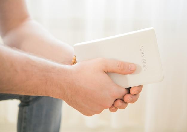 クリスチャンは聖書を手にしています。聖書を読む。信仰、精神性、宗教の概念
