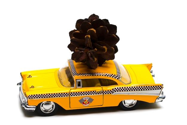 おもちゃのレトロな車のクリスマスバンプ。クリスマス休暇のお祝いのコンセプト。