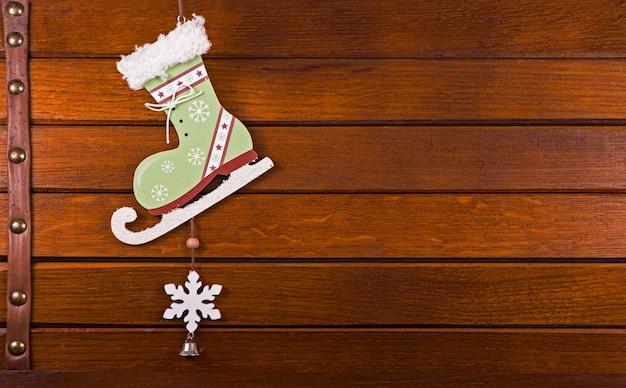 나무 배경 위에 크리스마스 장식 장난감입니다.