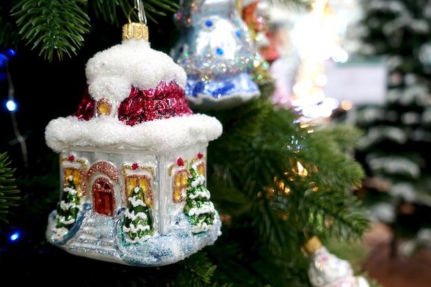 クリスマスツリーは、ブレトロのおもちゃの家で飾られています