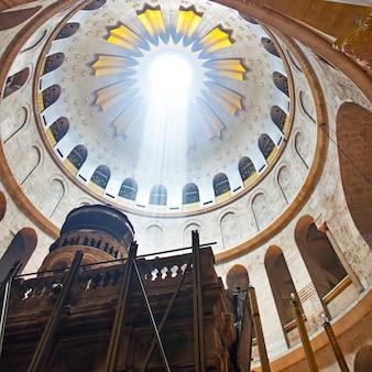 Храм гроба господня с величественным светом, падающим через скользкое окно, иерусалим, израиль