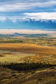 夜明けのチュヤ川渓谷と北チュイスキー山脈。ロシア、アルタイ山脈