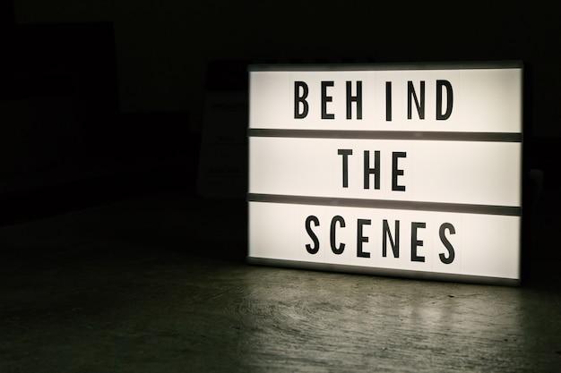 Световой короб кинотеатра в темных тонах.