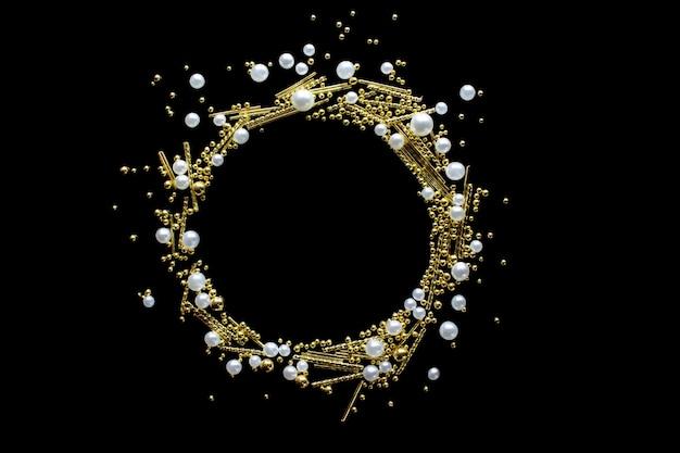 Круглая оправа изготовлена из сверкающего конфетти из золота и жемчуга.