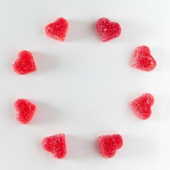 하트 모양의 달콤한 붉은 과일 젤리의 원형 배열