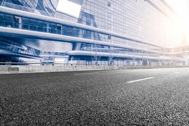 現代オフィスビルの背景と街