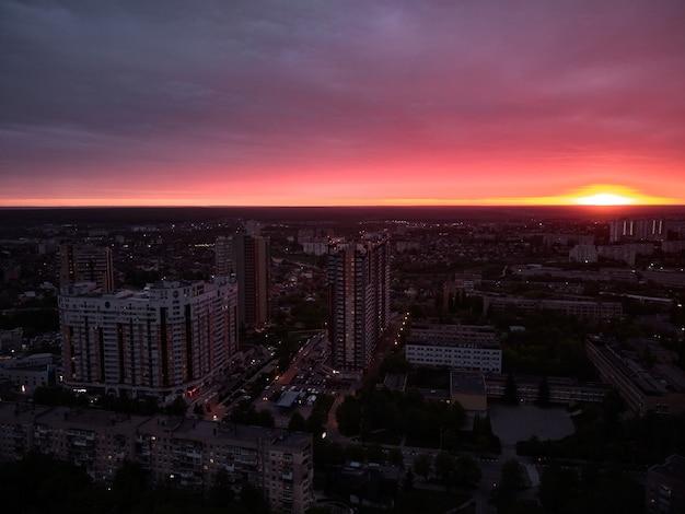 Город харьков на фоне красного закатного неба с высоты птичьего полета дрон